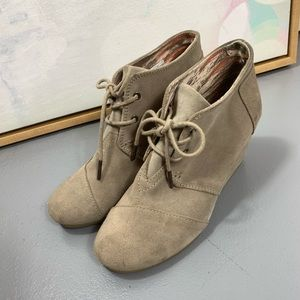 Toms 8 beige tan wedge lace up ankle booties boots